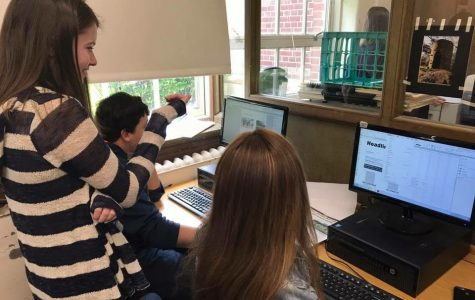 Liz Bigham '18 mentoring page editors during the honors journalism issue.